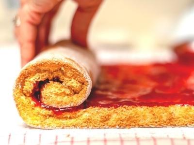 Erdbeer-biskuit-rollen