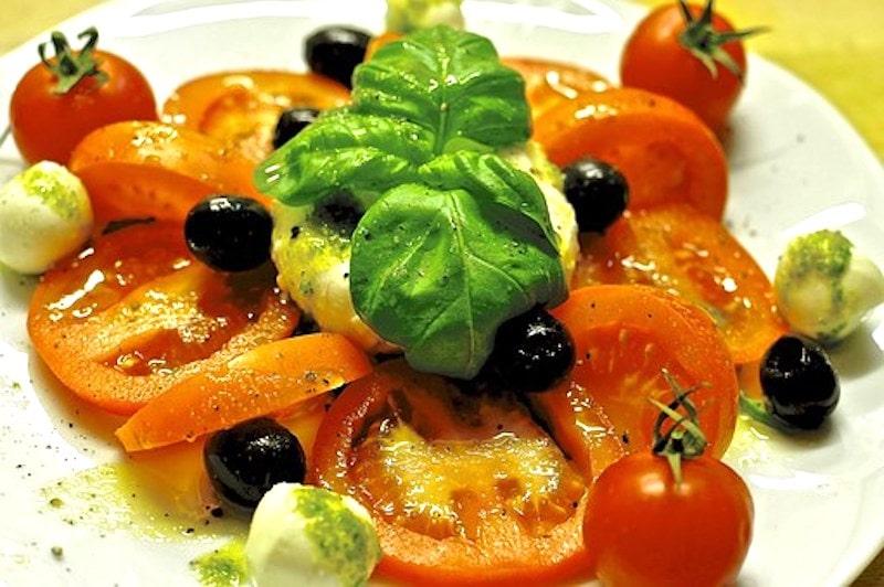 Tomaten-Mozzarella-Salat mit frischen Kräutern und Oliven 1