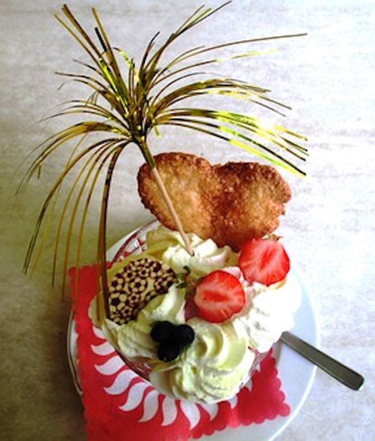 Eisbecher mit Obst und Sahne