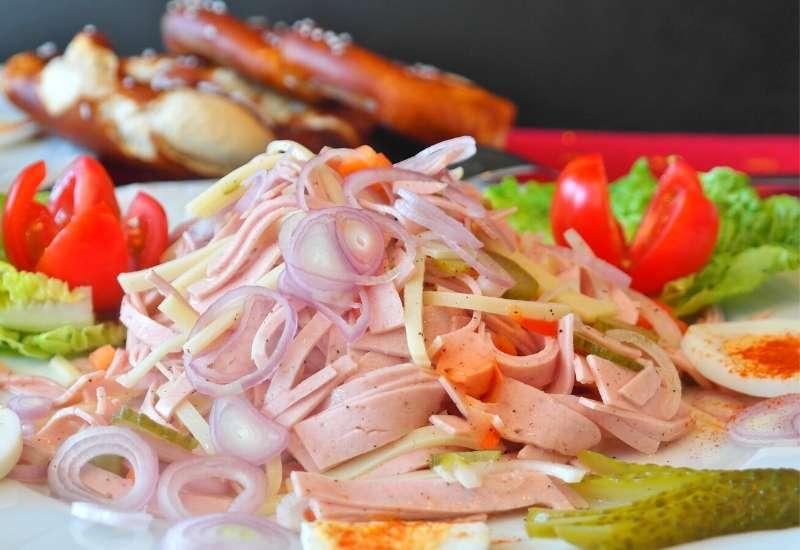 Aufgepeppter Fleischsalat Wurstsalat