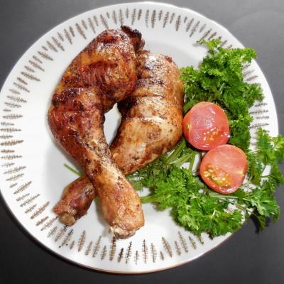 Hähnchenschenkel auf Teller