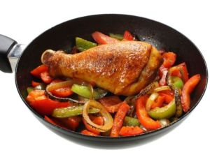 Kusprige Hähnchenschenkel mit Paprika im Backofen
