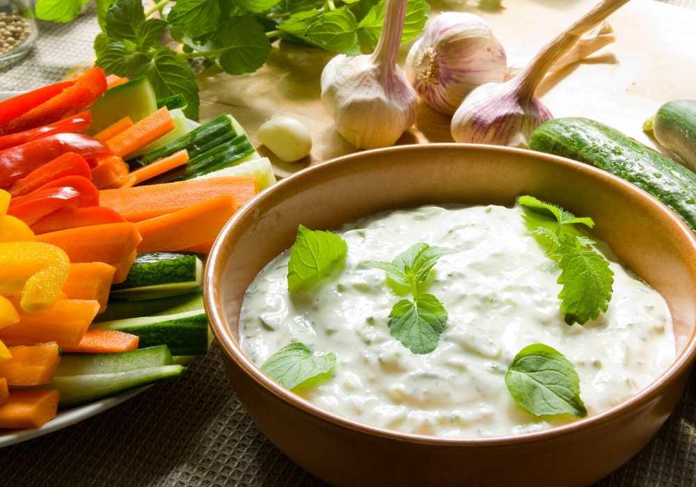 Joghurt Sahne Dipp in Schüssel mit geschnittenem gemüse
