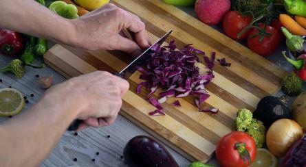 Rotkohl-schneiden-messer-omas-rezept