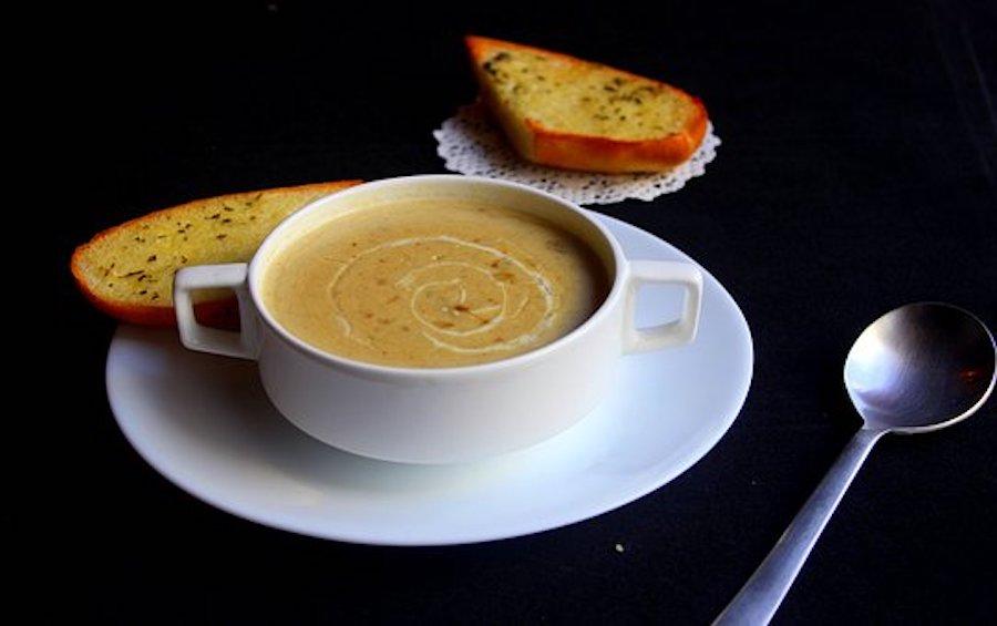 Grießsuppe in der Tasse
