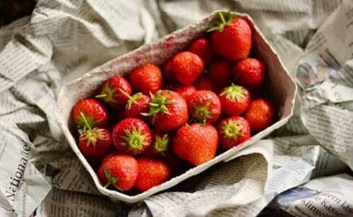 Erdbeeren um Putzen
