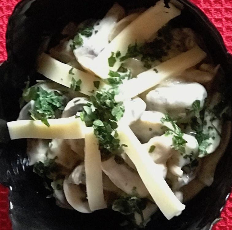 Pilz-Käse-Salat fertig in der schüssel