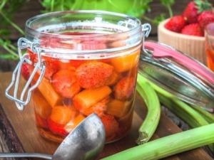 Rhabarberkompott mit Erdbeeren