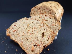 Glutenfreies Karottenbrot (Rüeblibrot), herzhaft und saftig