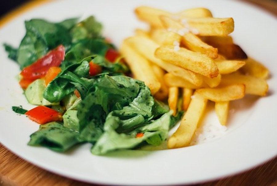 Salat und Pommes