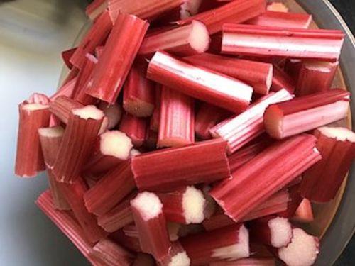 Roter Rhabarber geschnitten