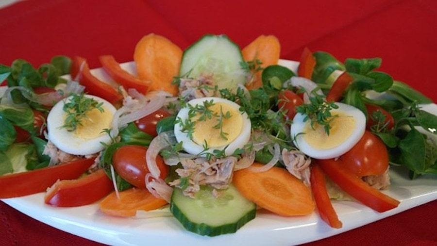 Omas sensationeller Geflügelsalat mit Eiern und Kräutern