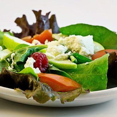 Eier mit Kräutersoße und Salat