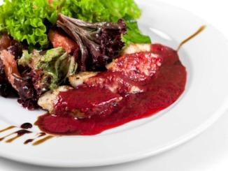 Hagebuttensauce-portwein-fleisch-teller