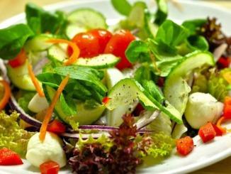 Gemischter Salat angerichtet