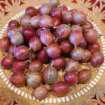 Rote Stachelbeeren auf dem Teller