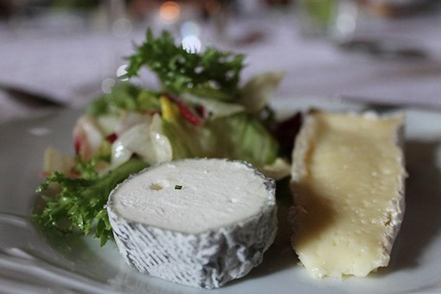 camembert mit Salat