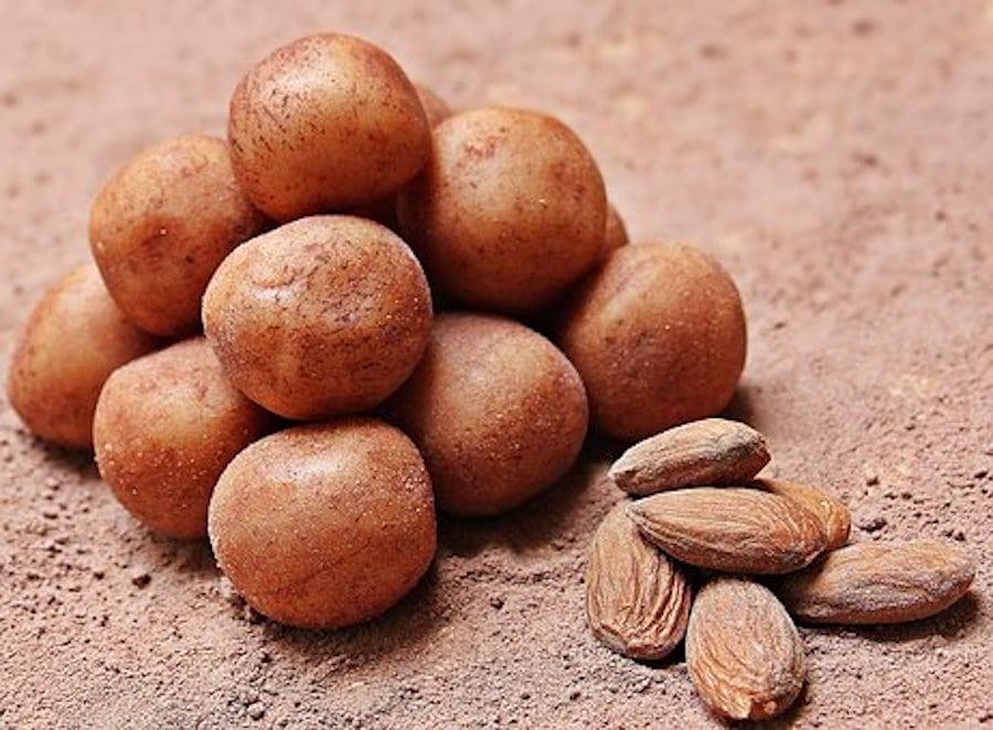 Marzipankartoffeln auf dem teller