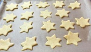 Kekse ausgestochen auf dem Blech