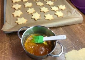 Omas Kekse mit Marzipanfüllung und Rumglasur 1