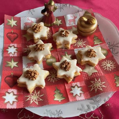Kekse mit Marzipanfüllung auf dem Teller
