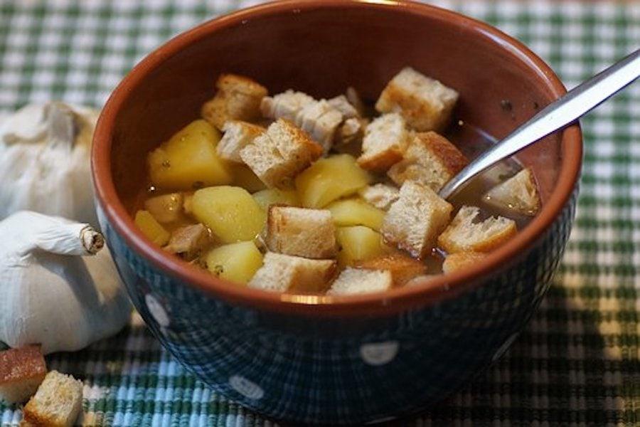 Brotsuppe – Omas preiswert Resteessen