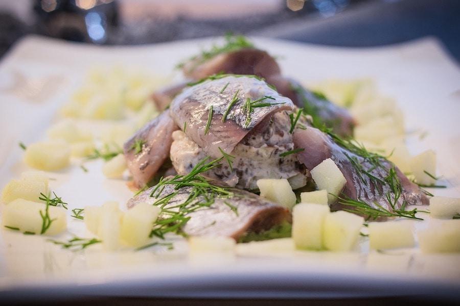 Sahne-Matjes-Filet auf dem Teller