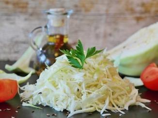 Sauerkrautsalat auf Salatteller