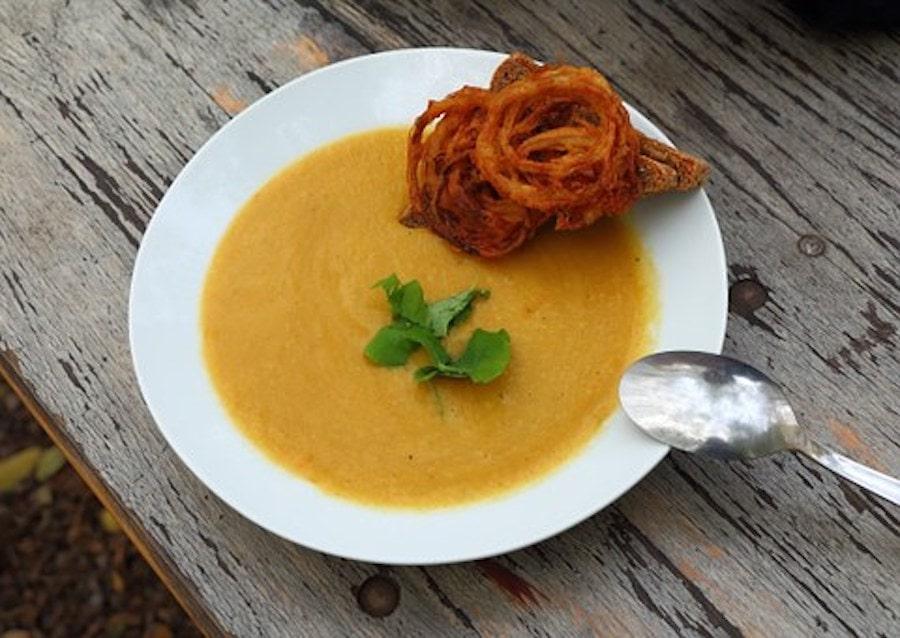 Bärlauchzwiebel-Suppe auf dem Teller