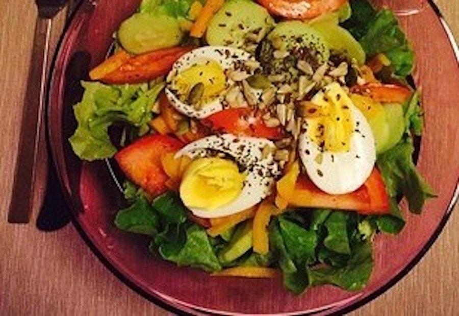 Salat und Eier auf dem Teller