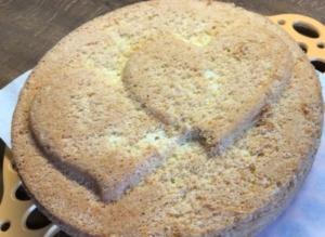 Torte gebacken mit Herzmotiv