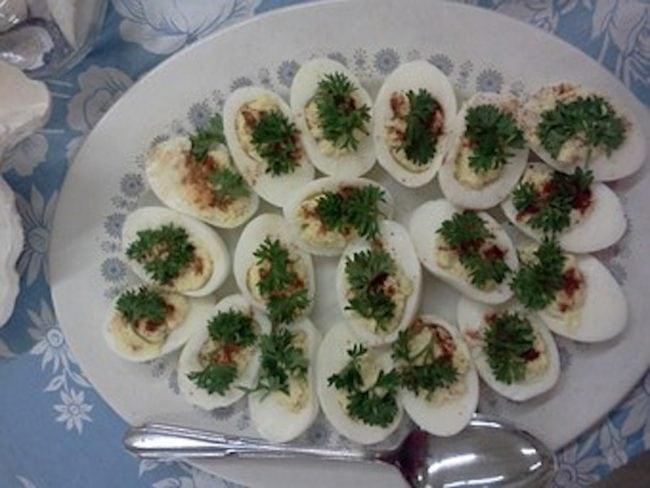 Gefüllte Eier mit frischen Kräutern – Omas Sparrezept