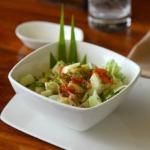 Salat mit Gemüse und Kartoffeln in der Schüssel