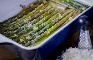 Mit Parmesan überbackener Spargel aus dem Ofen