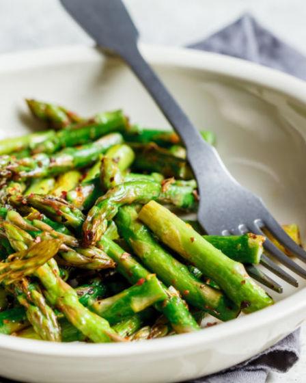 Grüner Spargel im Ofen gebacken