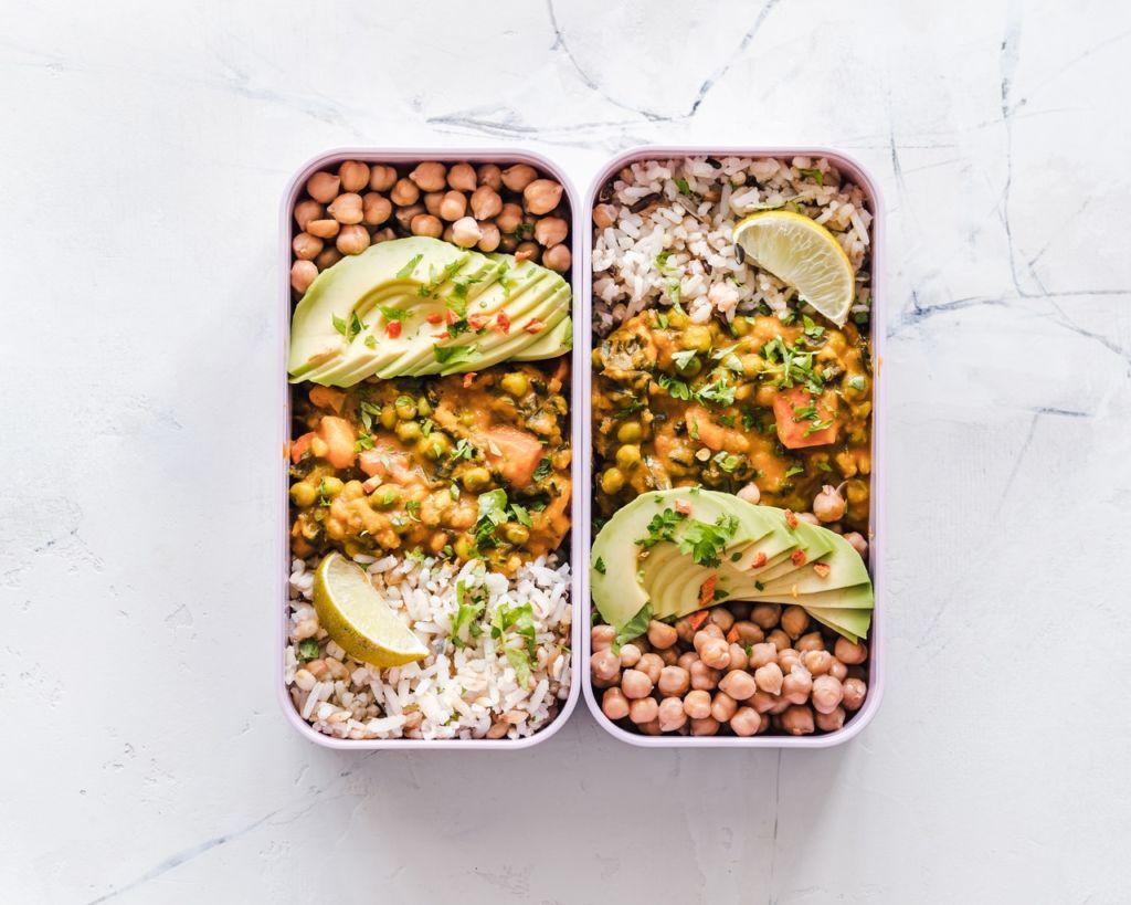 Kichererbsen mit Avocado in Lunchbox beim Meal Prep
