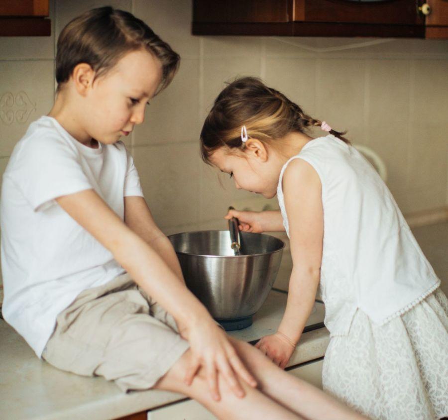 Kinder gucken in Kochtöpfe