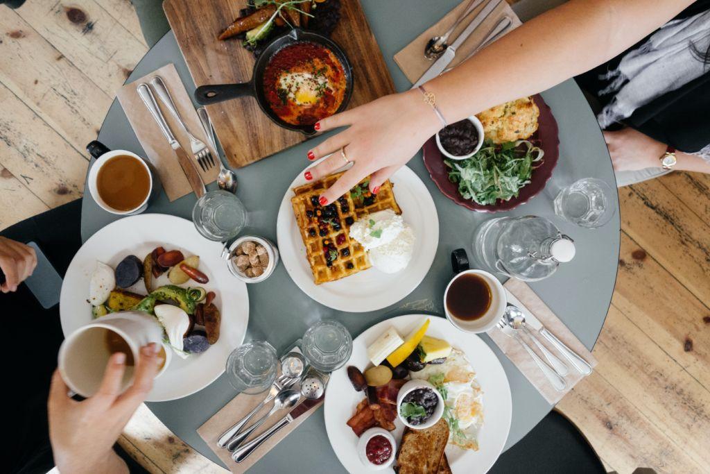Frühstückstisch gedeckt mit Armen