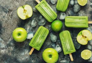 Spritziges Apfel-Limette-Wassereis am Stiel
