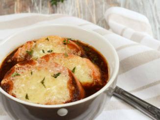 französische Zwiebelsuppe mit Rotwein