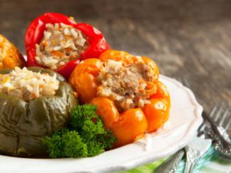 gefüllte Paprika hackfleisch reis auf teller