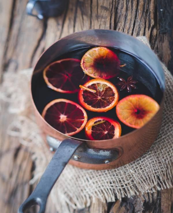 Glühwein mit Orangenscheiben im Topf