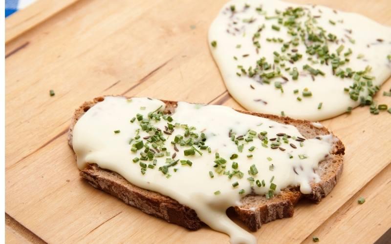schmelzkäse auf Brot