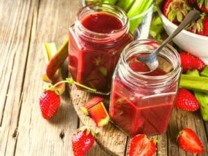 Omas beliebte Erdbeer-Rhabarber-Marmelade