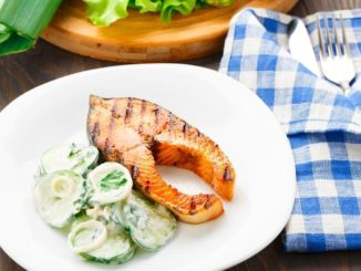 Grilllachs-gurkensalat